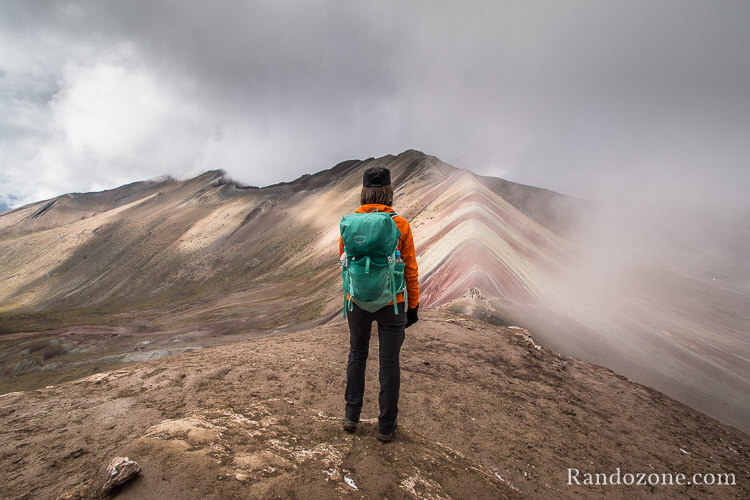 Veste polaire Mammut Eiswand Guide Hooded devant la Rainbow Mountain au Pérou