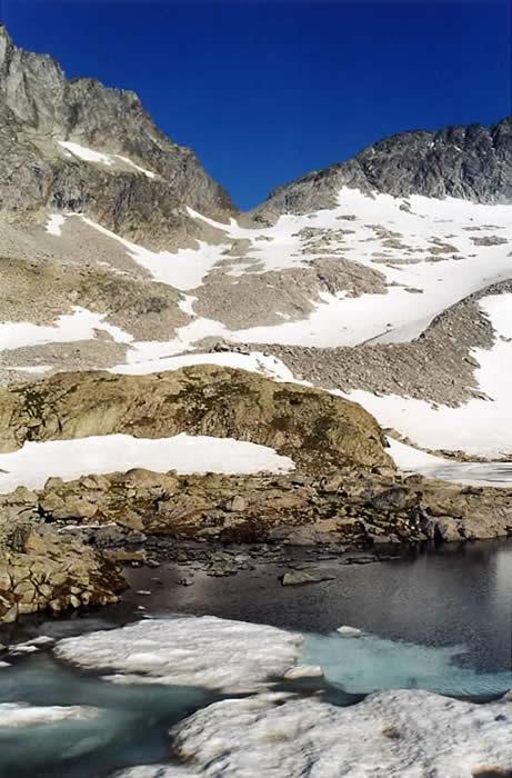 Brèche du Néouvielle depuis le lac Bleu