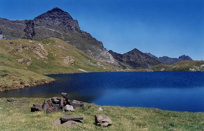 Pic de la Géla depuis le lac de Barroude. Eté 2001.