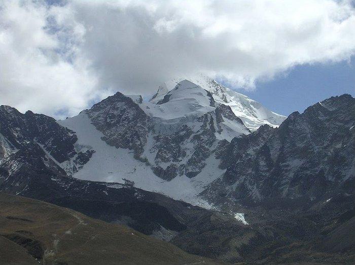 Le sommet de nouveau dans les nuages