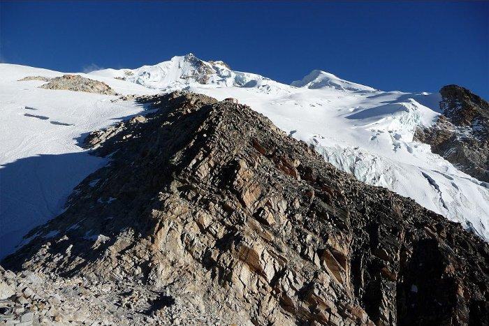De retour au refuge d'altitude, vue sur le sommet au loin caché