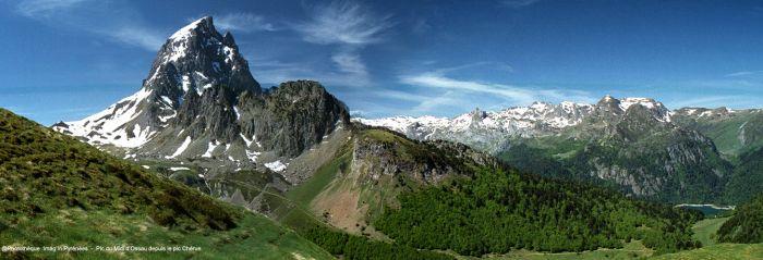 Pic du Midi d'Ossau et lac de Bious-Artigues.