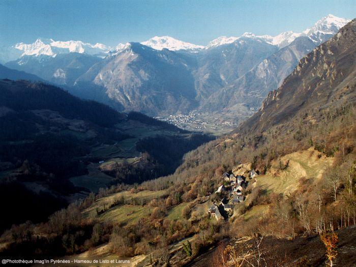 Laruns (au fond) et  le hameau de Listo
