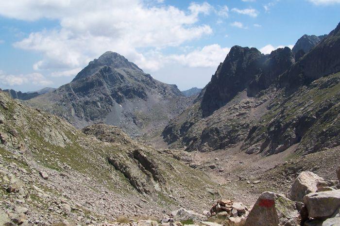 Le mont Bégo à gauche