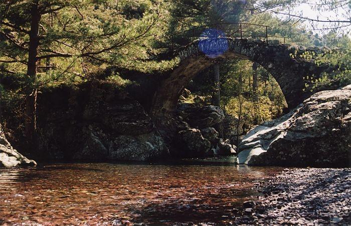 Plage sous un pont Génois