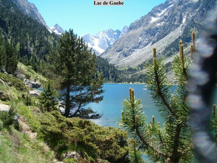 On longe le lac de Gaube par la gauche