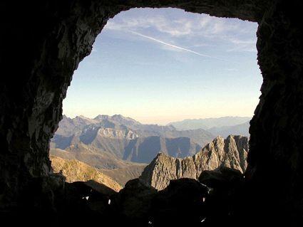 Pic des Sarradets depuis une des grottes de Russell