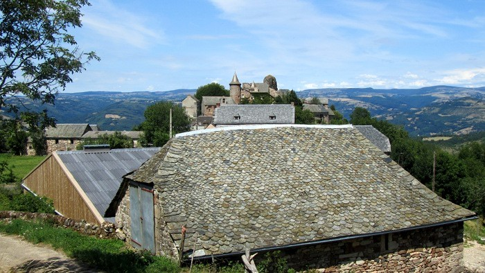 Village de Roquelaure et son chateau en face qui domine la Vallée du Lot