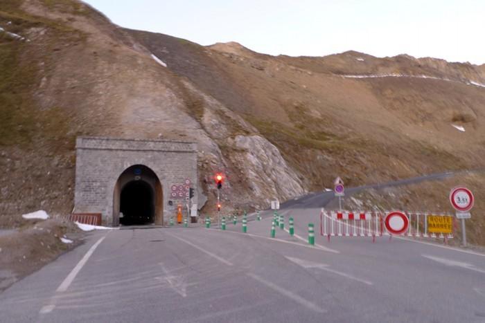 Tunnel du Galibier le soir, route fermée au dessus à cause de la neige