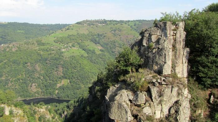 Rocher du Saut du chien, en face de la Cascade du Saut du Chien, Viadène
