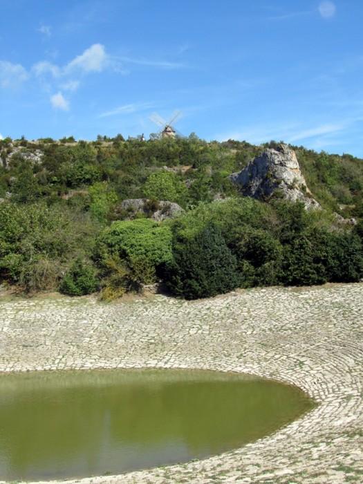 Lavogne et moulin, à côté du village de La Couvertoirade, Larzac