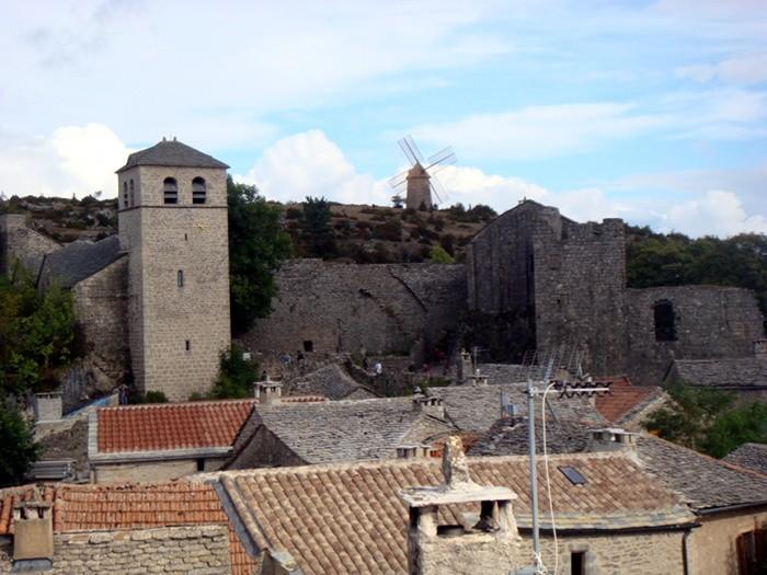 Vue sur le village de La Couvertoirade et le moulin depuis les remparts