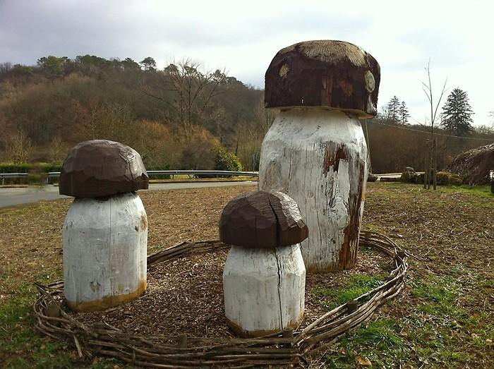 Cèpes sculptés dans le bois près de Monpazier en Dordogne