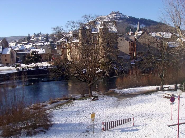 Espalion, Chateau, Vieux Palais et Lot sous la neige et la glace