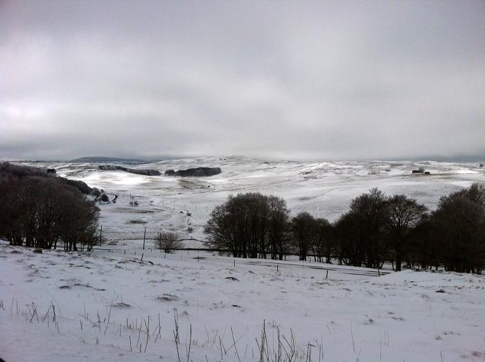 Paysage d'Aubrac enneigé et sublimement froid
