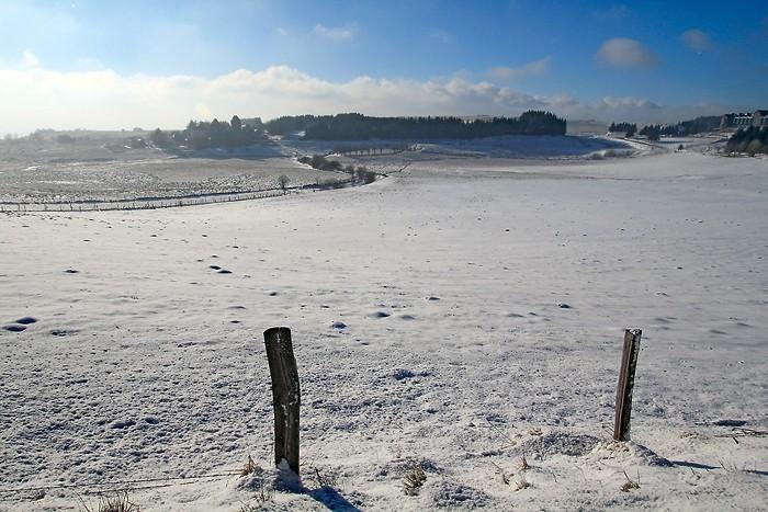 Vue sur le village d'Aubrac sous la neige