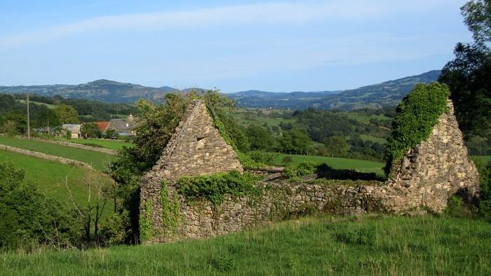 Ruine sur le chemin allant à Espalion, à droite, dans la vallée du Lot