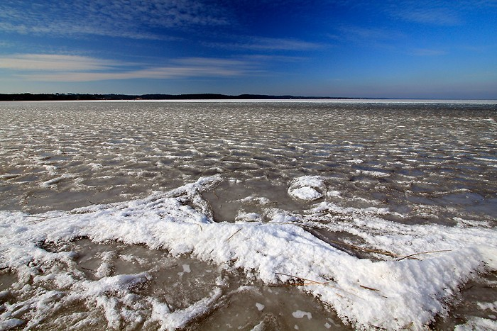 Le lac a gelé et la neige a créé un décors très bizarre