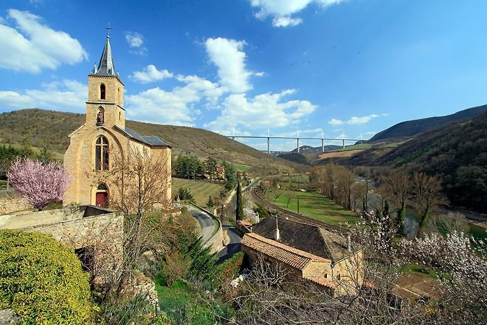 Eglise de Peyre et viaduc de Millau