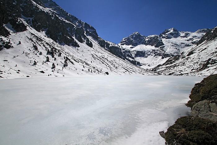 Lac d'Estom recouvert de glace