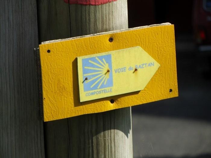 Voie de Raztan : chemin de Saint Jacques de Compostelle, à Ainhoa, Pays Basque