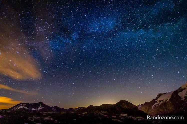 Nuit étoilée au lac Lérié dans les Alpes