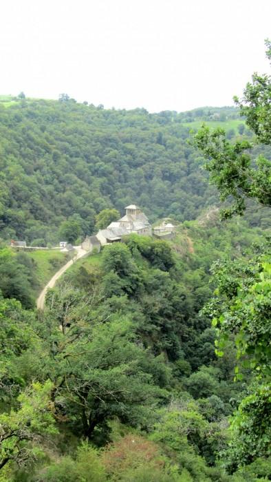 Village de Bez Bédène en Aveyron, vu depuis la route qui descend