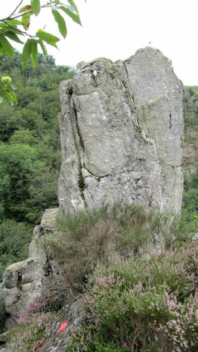 Rocher sur le chemin de randonnée près du Village de Bez Bédène