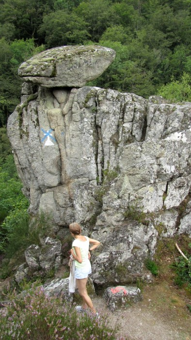 Randonneur sur le sentier qui fait le tour du village de Bez Bédène