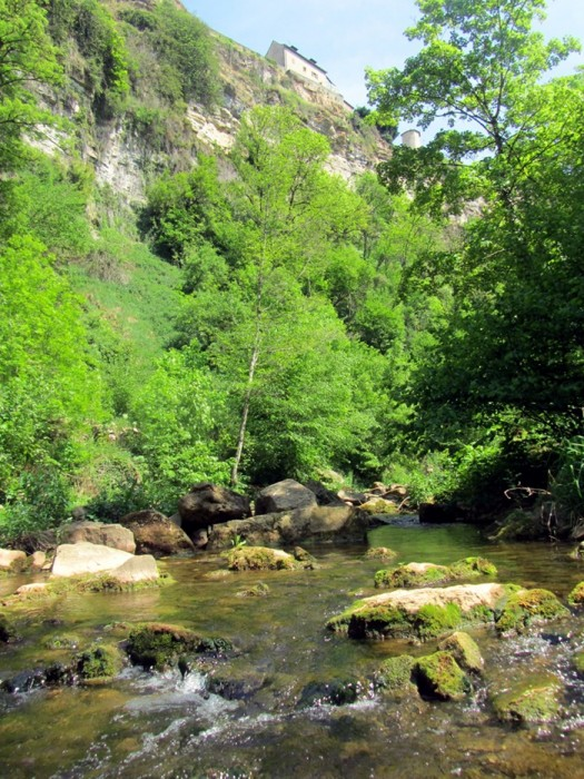 La rivière passe dans le trou de Bozouls