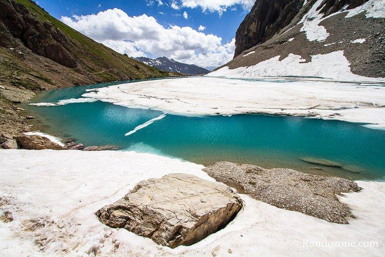 Lac des Béraudes en partie sous la neige