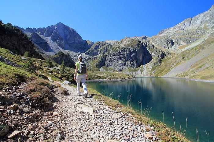 Randonnée le long du lac d'Ilhéou