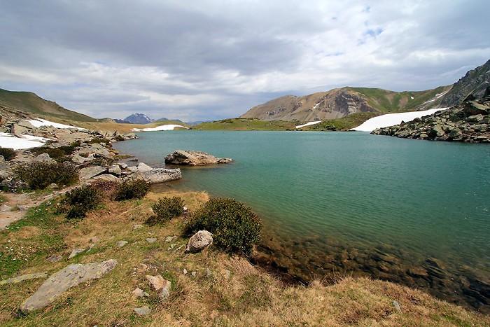 Grand lac de l'Oule dans les Alpes