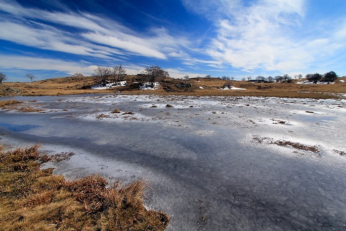 Etendue d'eau gelée en Aubrac
