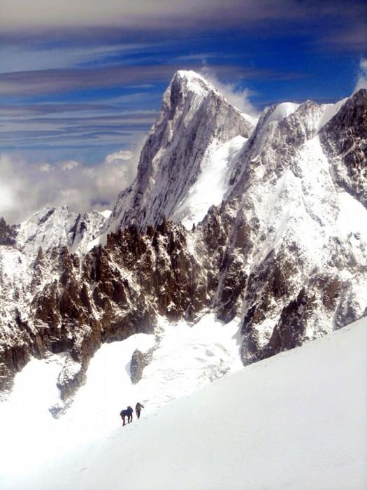 Cordée dans les Alpes, en direction de l'Aiguille du Midi