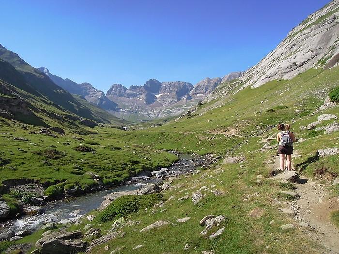 Randonneurs sur le chemin en direction du Cirque d'Estaubé, Pyrénées