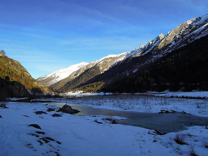 Le Lac d'Estaing gelé et enneigé