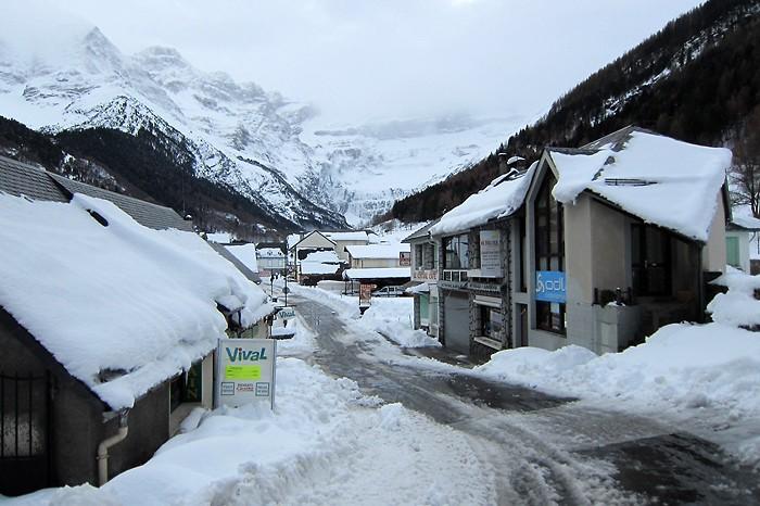 Centre ville de Gavarnie sous la neige
