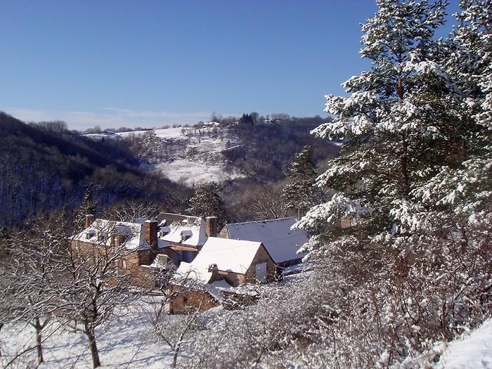 Randonnée en Aveyron, vu du hameau enneigé d'en haut