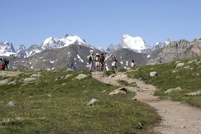 Groupe de randonneurs : lac Laramon , Alpes