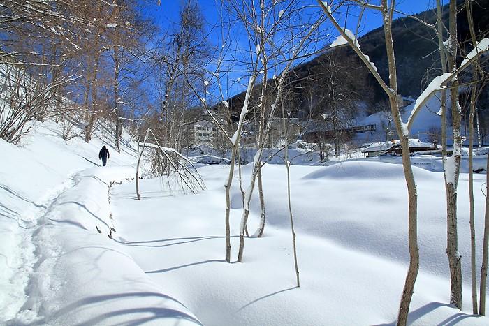 Nous marchons dans la neige vers Barèges