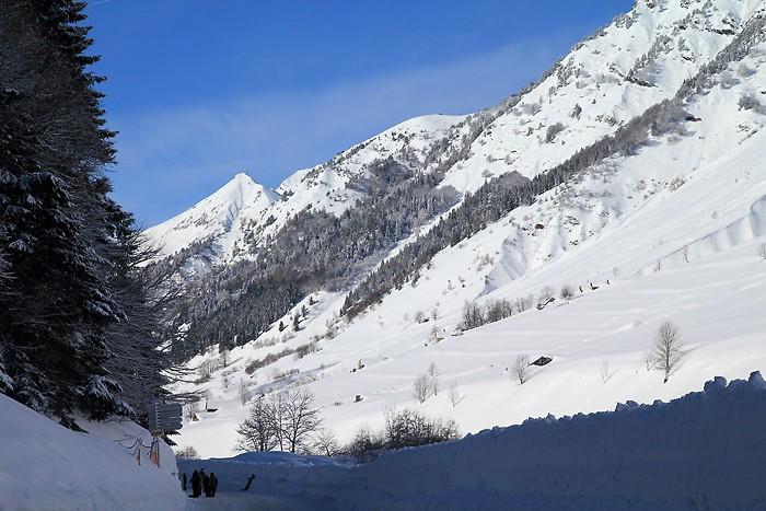 Vallée de lumière sous la neige