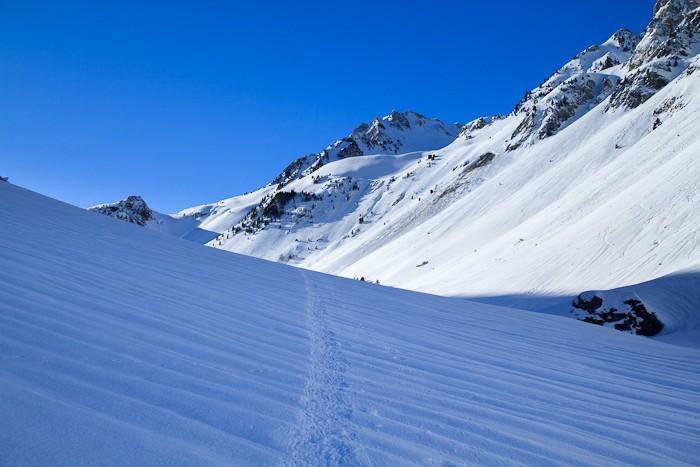 Des traces de skis dans la montée