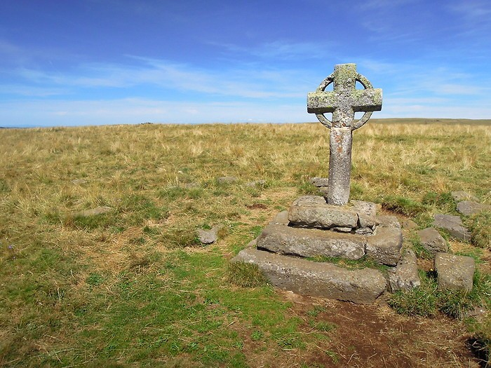 Croix en pierre au départ de la rando du Signal de Mailhebiau, Aubrac