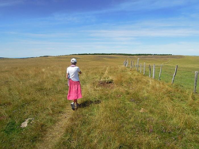 Randonneuse à côté du Signal de Mailhebiau, Aubrac en randonnée pédestre