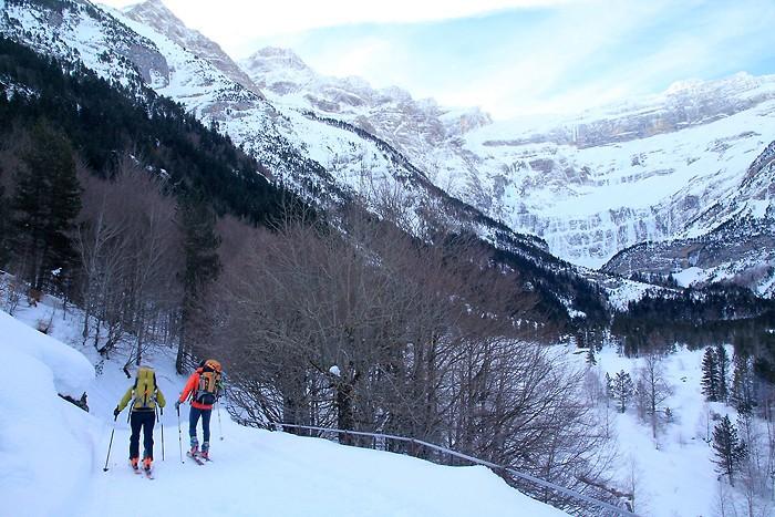 Nous sommes dépassés par des skieurs de randonnée
