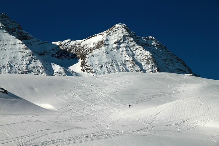 Un skieur de randonnée qui semble bien seul