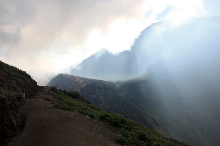 Le sentier qui monte sur le volcan
