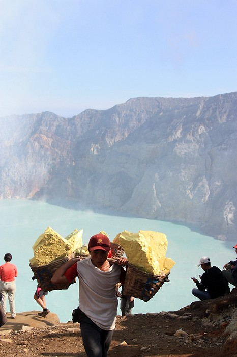 Les porteurs de souffre sur le volcan