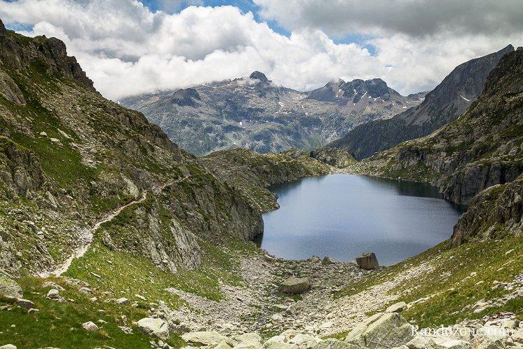 Sentier au dessus du lac Nère